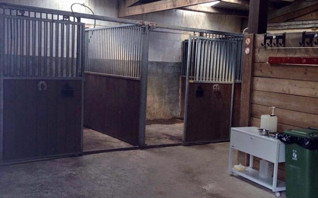 Jaarlijkse schoonmaak van de stallen is weer een feit!
